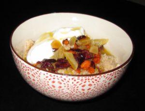 Cous-cous mit gekochten Trockenfrüchten